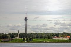 Tallinn TVtorn på havssikten arkivfoto