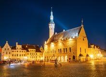 Tallinn urzędu miasta środkowy kwadrat nocą (Raekoja plats) Zdjęcie Stock