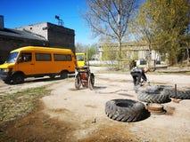 Tallinn verließ russische Fabrikmänner bei der Arbeit stockfoto
