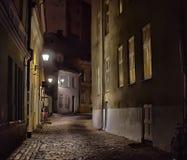 Tallinn vieja, Estonia Calle oscura en la noche Foto de archivo libre de regalías