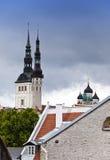 tallinn Vista de tejados y puntos de catedrales católicas y ortodoxas fotos de archivo