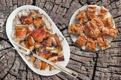 Tallrik av den spottade grillade grisköttskuldran och serbisk traditionell skrynklig uppsättning för ostpajGibanica skivor på gam Royaltyfria Foton