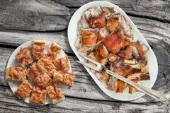 Tallrik av den spottade grillade grisköttskuldran och serbisk traditionell skrynklig uppsättning för ostpajGibanica skivor på den Royaltyfria Bilder