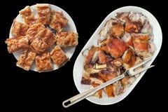 Tallrik av för grisköttskuldra för gourmet som nytt spottade grillade skivor tjänas som på det avlånga porslinuppläggningsfatet s Royaltyfria Foton