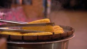 Tallriken av ny söt organisk havre ångade klart att äta Förberedd lagad mat majs på tabellen arkivfilmer