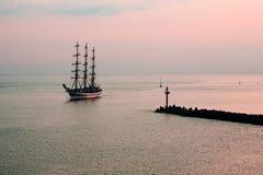 Tallship die binnen aan haven komt Royalty-vrije Stock Foto