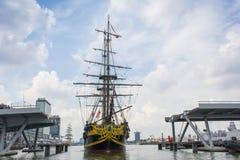 Tallship Etoile-du-Roy (Francia) está navegando en 'het IJ' en su manera a la orilla Foto de archivo
