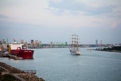 Tallship que entra à noite portuária do fim do verão Imagens de Stock