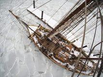 Tallship of zeilboot in ijs wordt bevroren dat Royalty-vrije Stock Foto's