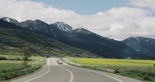 Talltorta, España Conducción de automóviles en Asphalt Freeway hermoso, autopista, carretera E9 contra la perspectiva de meridion metrajes