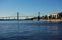 Talmadge Memorial Bridge över Savannah River i Georgia Arkivbild