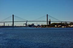 Talmadge Memorial Bridge over Savannah River in Georgië stock foto's