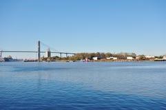 Talmadge Memorial Bridge over Savannah River in Georgië stock foto