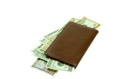 Talonario de cheques de cuero con el dinero en circulación quebradizo Imágenes de archivo libres de regalías