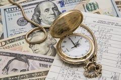 Talonario de cheques del reloj de bolsillo de la gestión de dinero del tiempo Imagenes de archivo