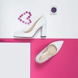 Talones blancos de moda elegantes Equipo de la moda del verano, zapatos de lujo del partido Esencial del inconformista Concepto m Fotos de archivo libres de regalías