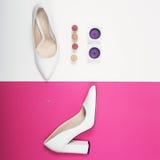 Talones blancos de moda elegantes Equipo de la moda del verano, zapatos de lujo del partido Esencial del inconformista Concepto m Fotos de archivo