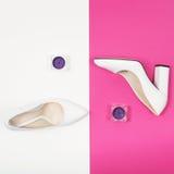 Talones blancos de moda elegantes Equipo de la moda del verano, zapatos de lujo del partido Esencial del inconformista Concepto m Imágenes de archivo libres de regalías