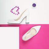 Talones blancos de moda elegantes Equipo de la moda del verano, zapatos de lujo del partido Esencial del inconformista Concepto m Imagen de archivo libre de regalías