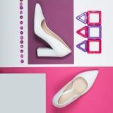 Talones blancos de moda elegantes Equipo de la moda del verano, zapatos de lujo del partido Esencial del inconformista Concepto m Imagenes de archivo