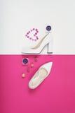 Talones blancos de moda elegantes Equipo de la moda del verano, zapatos de lujo del partido Esencial del inconformista Concepto m Fotografía de archivo