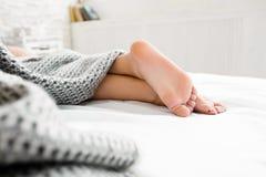 Talones desnudos de la mujer el dormir en la cama imágenes de archivo libres de regalías