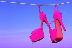 Talones rosados en un alambre Imagen de archivo libre de regalías