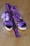 Talones violetas con la flor y los anillos Foto de archivo