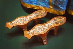 Talons en bois de chaussures antiques contre les robes bleues Photos libres de droits
