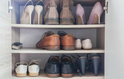 Talons hauts de luxe et à la mode et chaussures en cuir d'hommes dans l'armoire en bois pour travailler d'hommes d'affaires photo stock