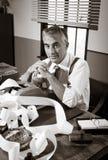 50-talrevisor i hans kontor Arkivbild