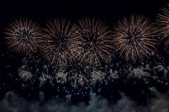 Talrijk helder Vuurwerk op Zwarte achtergrond royalty-vrije stock afbeeldingen