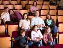 Talrijk publiek die aandachtig op interessante film letten stock afbeelding