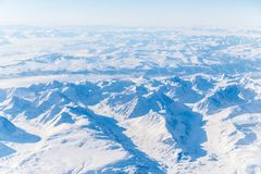 Talrijke die bergen en valleien door sneeuw worden behandeld stock afbeeldingen