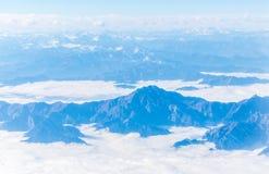 Talrijke die bergen en valleien door sneeuw worden behandeld stock fotografie