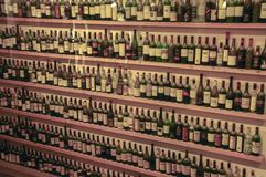 Talrijke flessen in de Bar royalty-vrije stock fotografie
