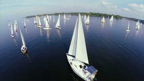 Talrijke varende jachten in open zee, regatta, de concurrentie, ras stock videobeelden