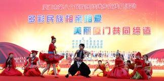 Talrik kinesisk dans för grupp för etniska minoriteter Arkivfoton