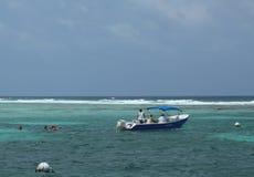 Talrika dykare och snorkelers som undersöker Bacalar Chico National Park och Marine Reserve i Belize Arkivfoto