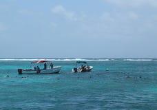 Talrika dykare och snorkelers som undersöker Bacalar Chico National Park och Marine Reserve i Belize Royaltyfri Foto