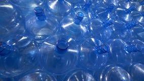 Talrika 19 liter plast-flaskor för dricksvattenfördelning lager videofilmer