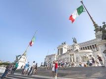 Talrika turister på piazza Venezia royaltyfria bilder