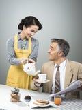 50-talstilpar som har frukosten Fotografering för Bildbyråer