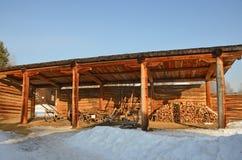Taltsy, Irkutsk-Region, Russland, März, 02, 2017 Architektonisches ethnographisches Museum Taltsy Interner Hof des Bauernhofes vo stockfotos