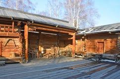 Taltsy, Irkutsk-Region, Russland, März, 02, 2017 Architektonisches ethnographisches Museum Taltsy Interner Hof des Bauernhofes vo lizenzfreie stockfotos