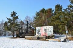 Taltsy, Irkutsk-Region, Russland, März, 02, 2017 Hütte im Schlitz am Schmiedequadrat im Winter im Irkutsk Architektur-ethnog stockbilder