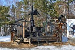 Taltsy, Irkutsk-Region, Russland, März, 02, 2017 Hütte im Schlitz am Schmiedequadrat im Winter im Irkutsk Architektur-ethnog stockbild