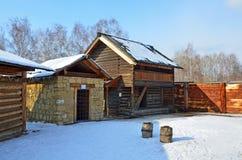 Taltsy, région d'Irkoutsk, Russie, mars, 02, 2017 Prison de paroisse du siècle 19 dans le ` architectural-ethnographique de Talts photographie stock libre de droits