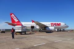 从TAM航空公司的空客320 777在伊瓜苏机场,巴西 免版税库存照片