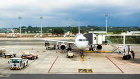 TAM Airlines Airbus 320 parkeerde bij Luchthaven in Brasilia, Brazilië Stock Foto